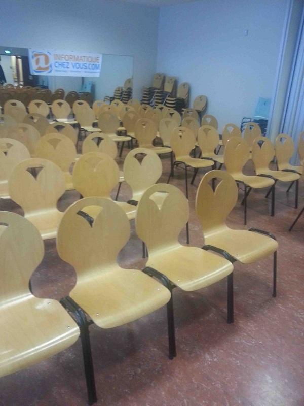 Salle de conférence avant l'affluence